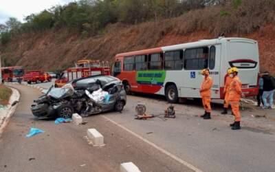 Idoso morre em colisão frontal entre carro e ônibus na  MG-050