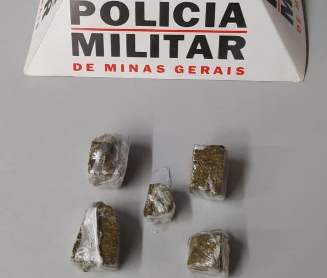 Mulher é detida com drogas no Rosário